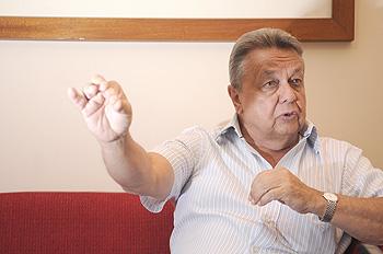 materia: economia - entrevista com o ex ministro da agricultura do governo lula  personagem: roberto rodrigues  -ft- gina mardones / folha de londrina  21-01-2014